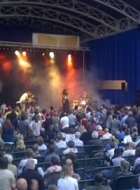 "Live in Frankfurt: Neneh Cherry präsentiert ""Blank project""."